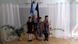 Нина Пээрна со своими ученицами в Клоогаской школе